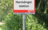 Busshållplatsskylt vid Harmånger station 2018-06-18