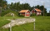 Dörby banvaktstuga och hållplats med lastkajen av kalksten i förgrunden 2010-10-02