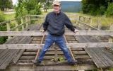 Järnvägsbron är en av få ställen i Sverige där det ligger kvar orginalräls med spårvidden 1067 mm.