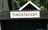 Stationsskylten till Tingstadsby station sitter på garaget 2011-06-28