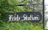 Stationsskylten vid Friels hållplats 2019-06-11