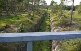Vy ner på banvallen från landsvägsbron vid St.Vede 2013-08-19